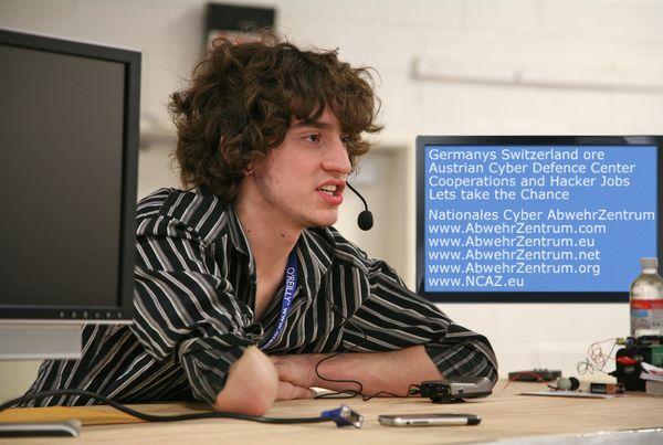 GeoHot, el hacker que pirateó el iPhone y la PlayStation 3 ficha por Facebook