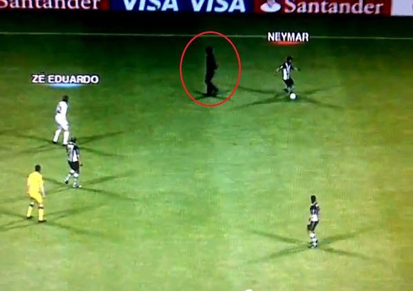 PES 2012, un espontáneo se cuela en un partido de PES 2012